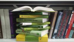 Фотография книг на полке