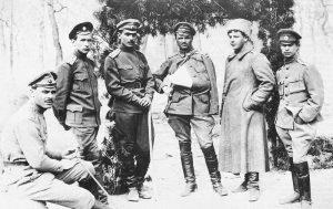 Группа офицеров ударного отряда: слева направо прапорщик Строганов, поручик Бобырь, прапорщики Ешнев, Рачек, Малорос, Семейкин. 30 марта [1917] г.