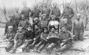 Солдаты 3-й роты, в центре поручик Москвичёв. 24 марта [1917] г.
