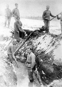 Откачивание воды из Петроградского хода сообщения под руководством прапорщика Кокурина. 10 марта [1917] г.