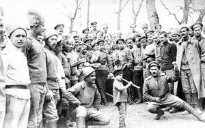 Пасхальные развлечения в команде связи. Телеграфист «Василий III» откалывает «комаринскую». 2 апр. [1917] г.