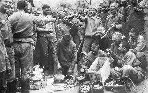 Раздача солдатам куличей и яиц на Пасху в 9-й роте. 3 апр. [1917] г.