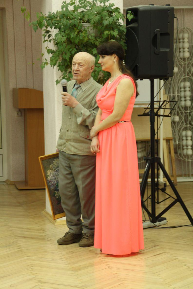 Художник Виктор Шамаев, друг семьи Яны, поздравил ее с выходом сборника и преподнес ей в подарок свою картину