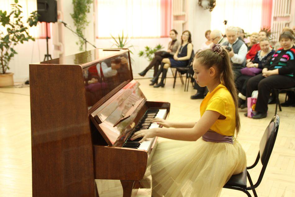 Юлия Розова исполняет пьесы пьесы «Подражая Шопену» и «Прелюдия»