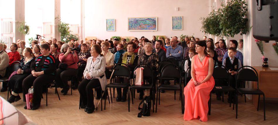 В зале - поклонники творчества Яны Тарасовой, ее ученики, выпускники, их родители, представители музыкальной общественности Владимира