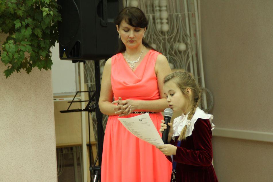 дочь Яны Анастасия прочитала  несколько стихотворений мамы