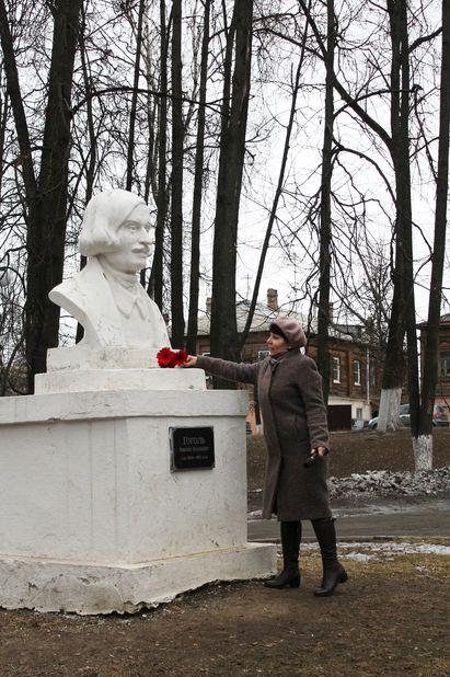 Татьяна Брагина, директор областной научной библиотеки, поздравила всех с днем рождения Николая Гоголя и возложила к памятнику цветы от благодарных читателей и библиотекарей