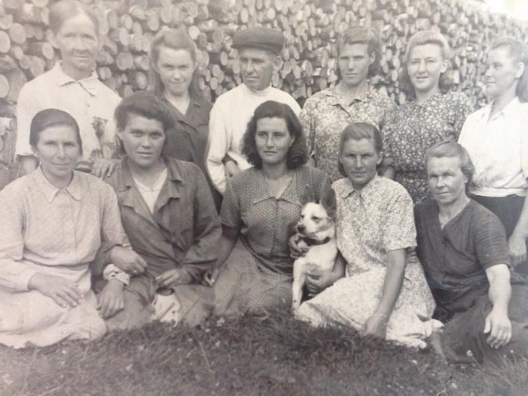 Моя прабабушка Евдокия Ивановна первая слева в нижнем ряду