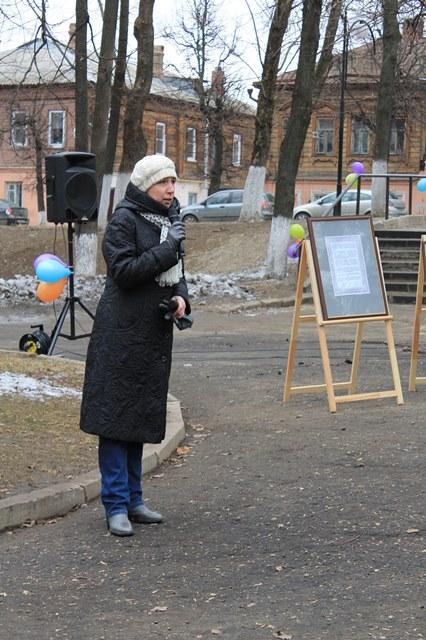 Ирина Мишина проводит краеведческую экскурсию по Никитской улице