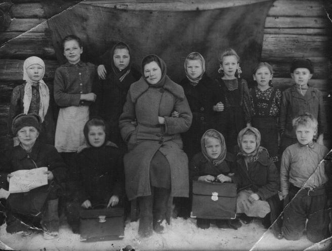 Бабушка Лида (2-я слева в первом ряду) среди одноклассников, 1947-1948 гг.