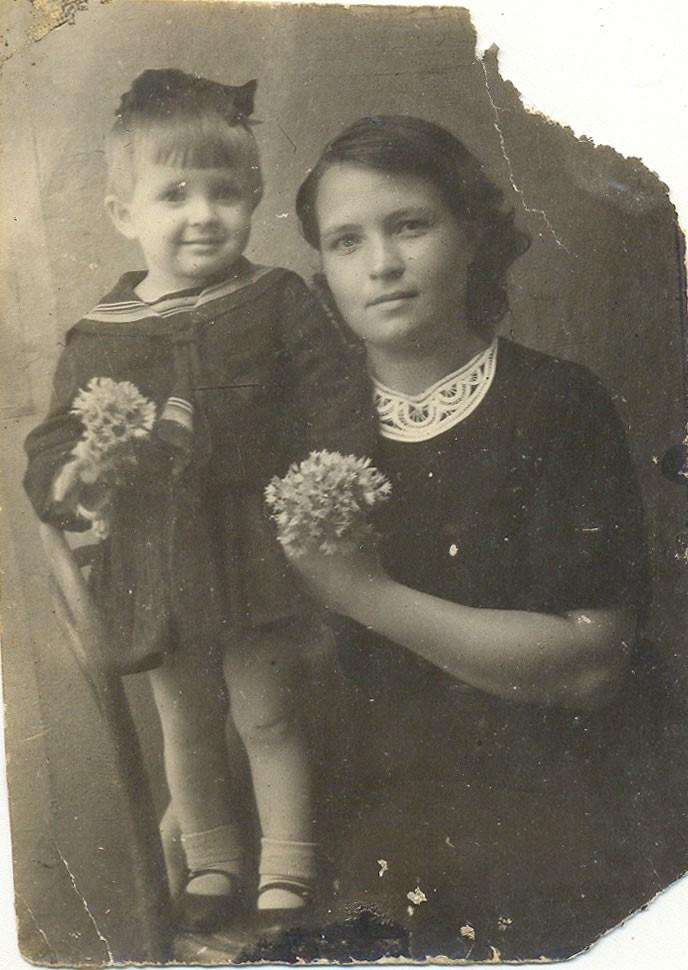 Галина с мамой Анной Андреевной Копытовой, фотография была отправлена на фронт отцу и мужу Копытову Алексею Васильевичу, г. Гороховец, июль 1944 года