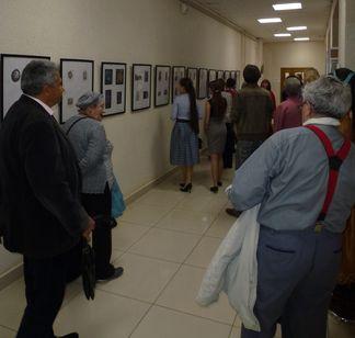 Гости церемонии и участники конкурса на выставке работ-конкурсантов.