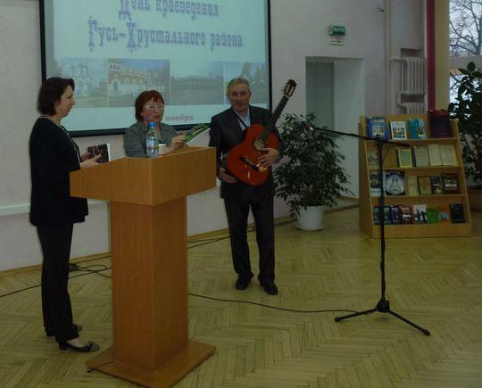 Васильева вручает книги