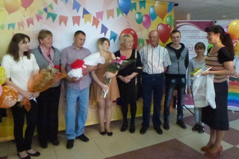 Большая и дружная семья Серегиных поздравляла маму Алену и папу Андрея с рождением второй дочери - Виктории
