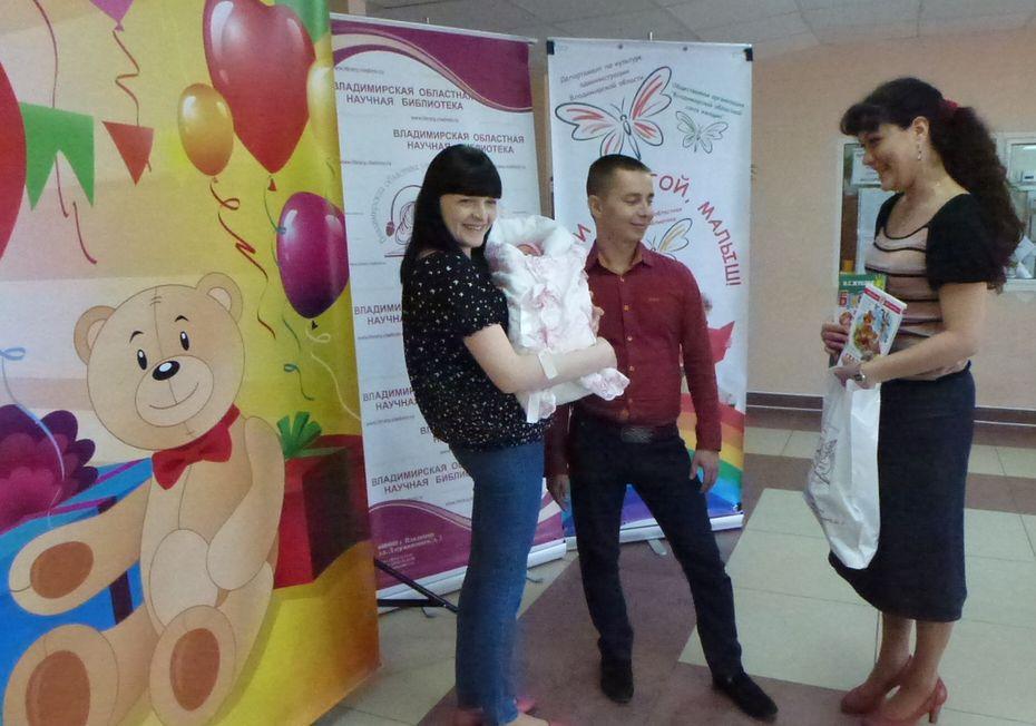 Ариша Болотова, похоже, тоже радовалась подаркам вместе с мамой Катей и папой Никитой