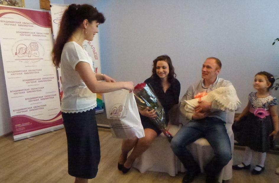Евгения и Алексей Капраловы знакомили родных с дочкой Валерией