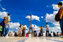 Люди на фоне Эйфелевой башни