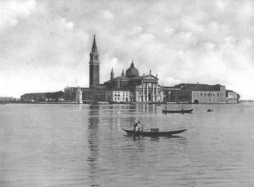 Фотграфия лодки, плывущей по одному из каналов Венеции.