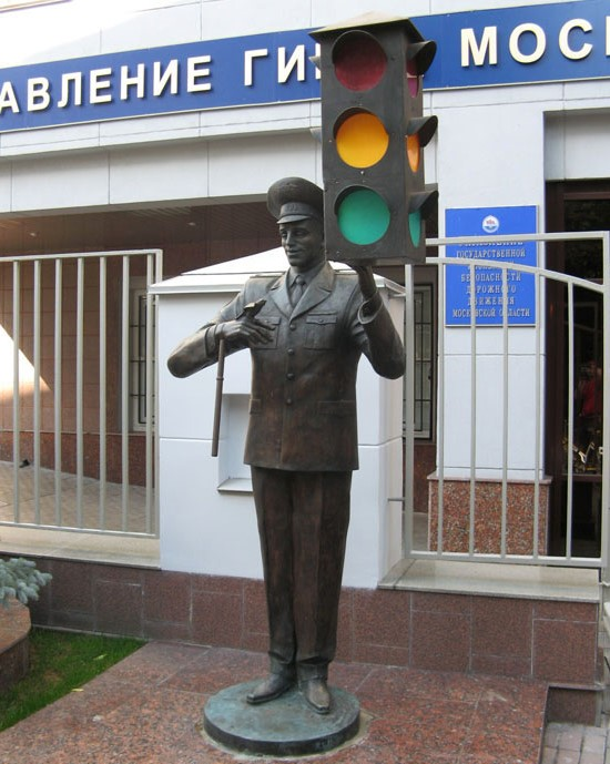 Памятник постовому со светофором в Москве