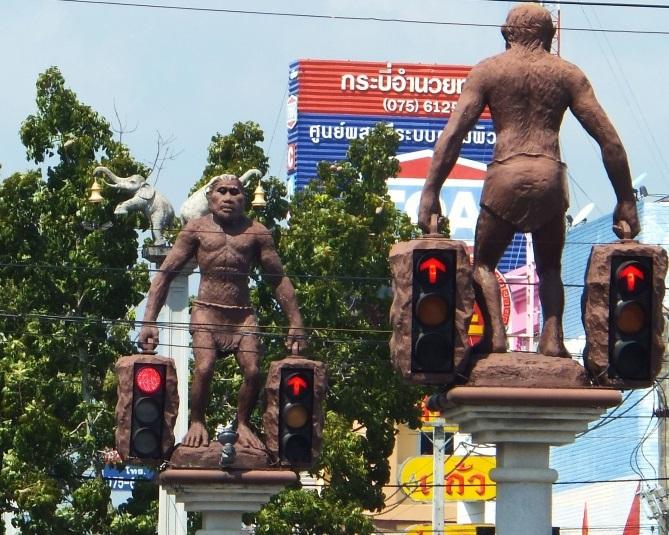 Светофоры в Таиланде со скультурами древних людей сверху