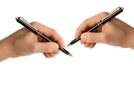 кисти рук с шариковыми ручками- правая и левая