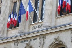 здание Сорбонны с флагом Франции