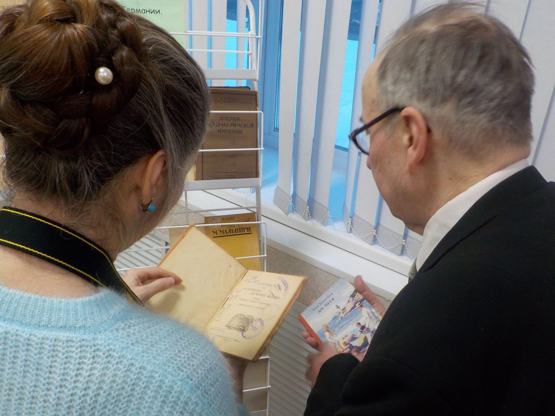 Professor i Nadejda Egorova u stenda s redkimi knigami