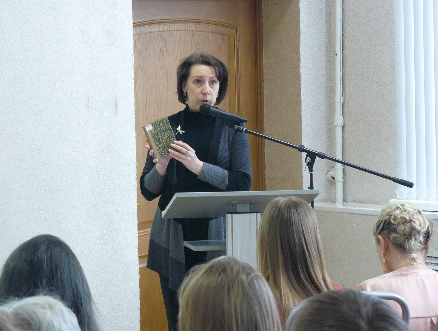 Irina Mishina predstavljaet knigu Balmonta 1915 goda
