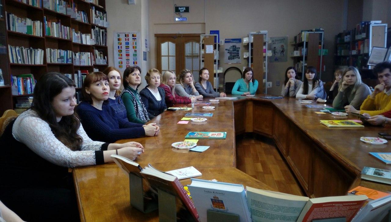 студенты за круглым столом