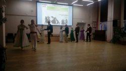 пары танцующих исторический танец