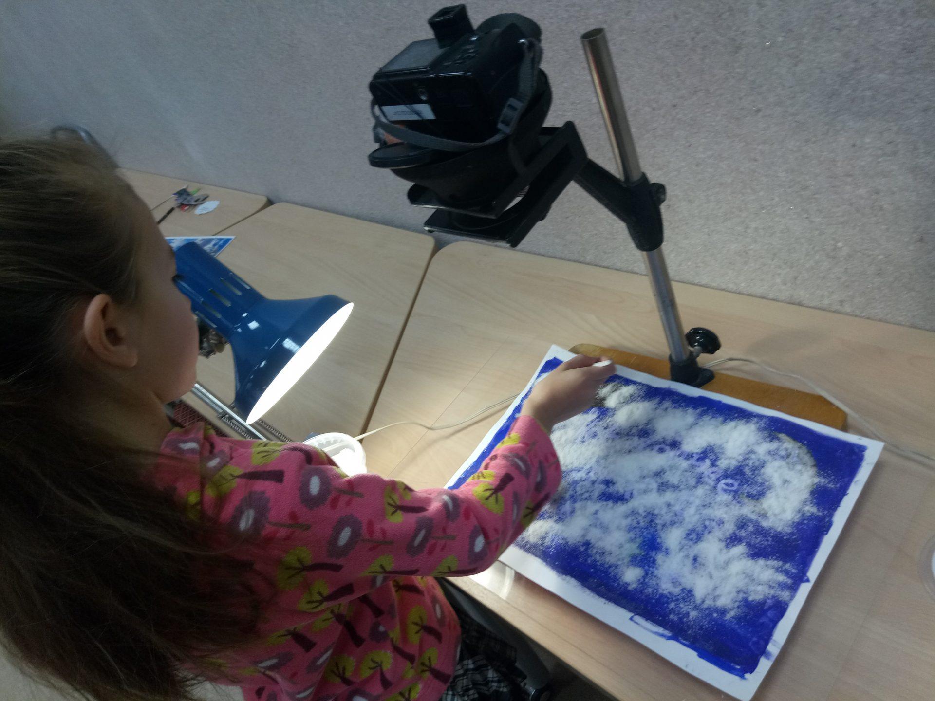учатники студии снимают заставку для мультфильма
