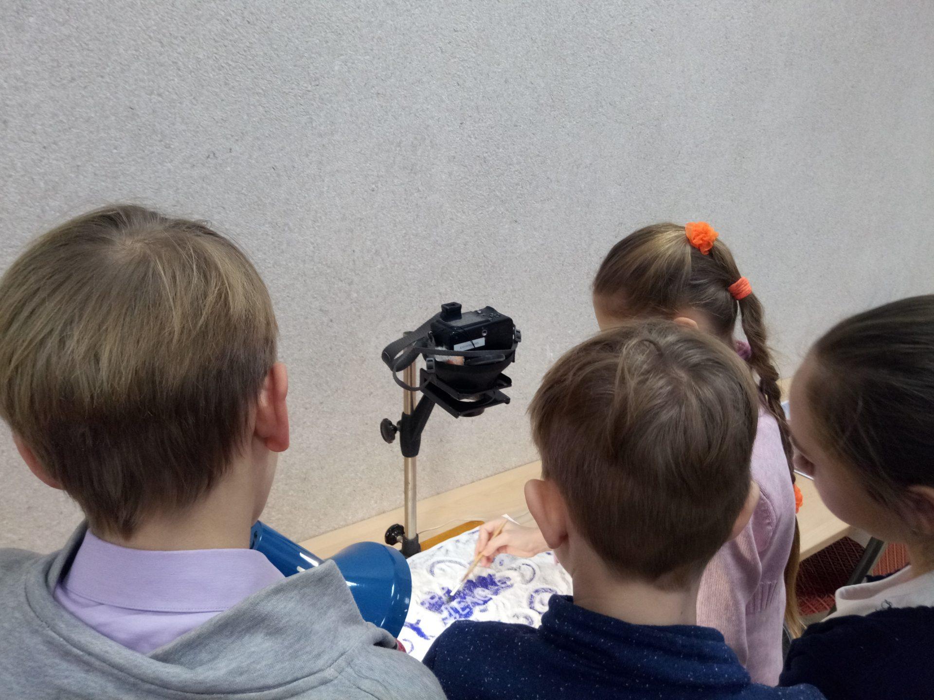 участники студии снимают заставку для мультфильма