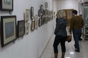 гости открытия выставки знакомятся с работами Ганского