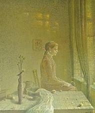 Изображена женщина, сидящая в комнате и смотрящая в окно