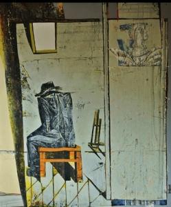 На переднем плане картины изображен сидящий на табурете спиной к зрителю человек в плаще и шляпе,