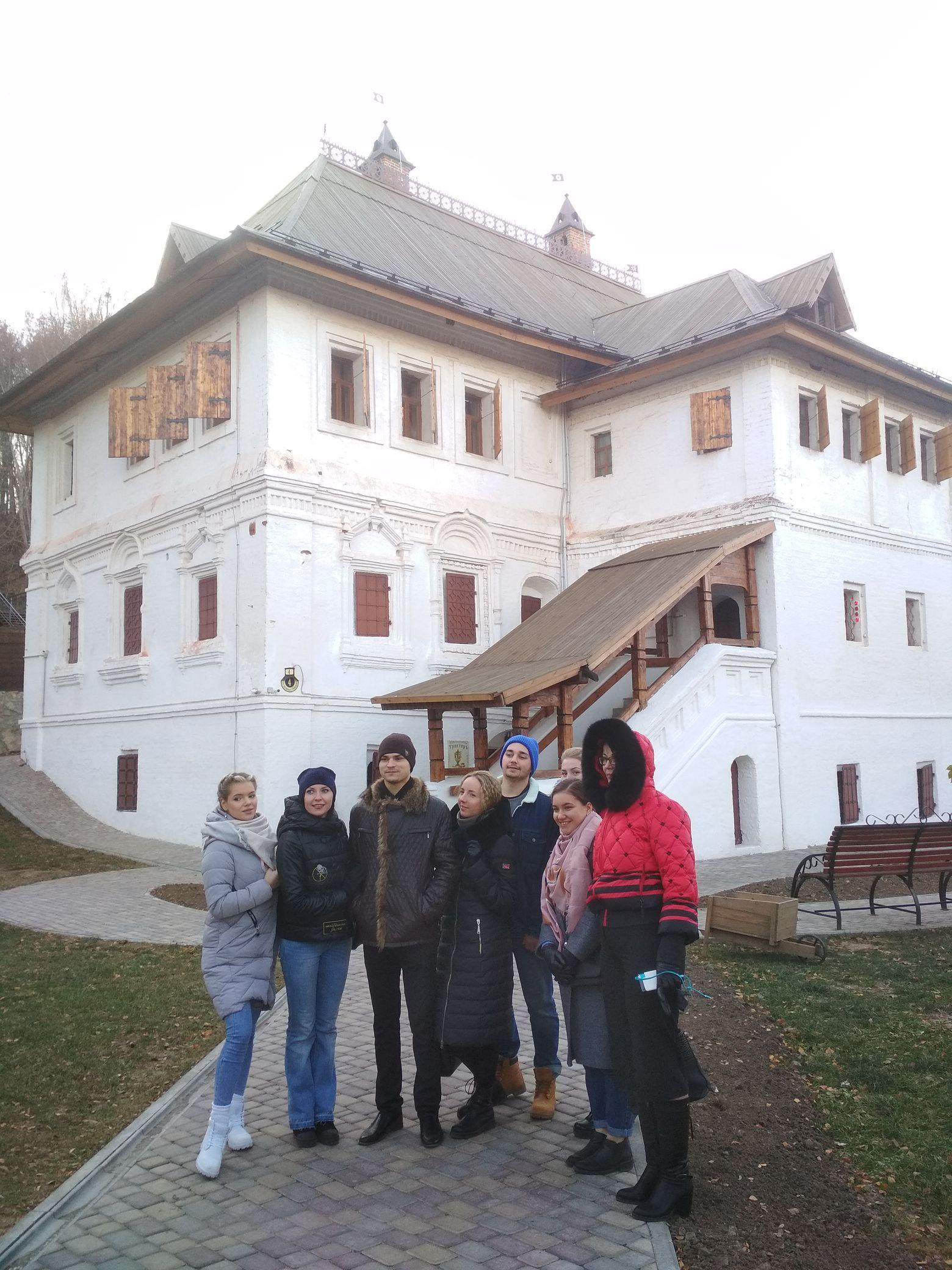 Артисты в Гороховце у дома Ершова