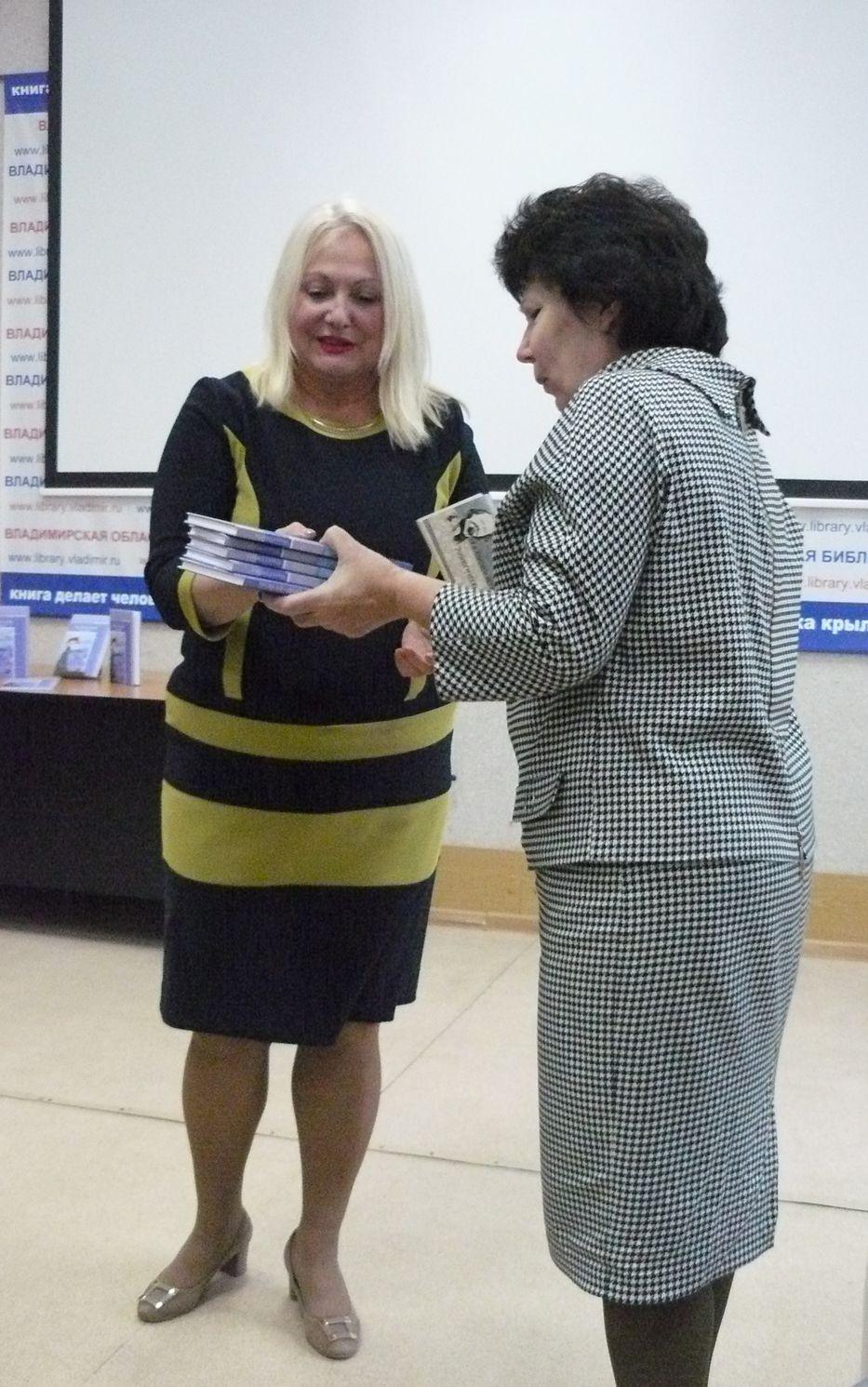 Книги в дар библиотеке принимает директор Татьяна Брагина