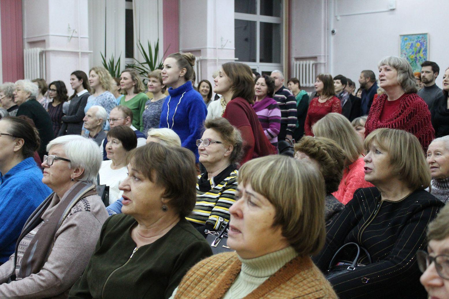 Собравшиеся поют песню Окуджавы