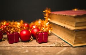Книги и елочные игрушки в виде подарков