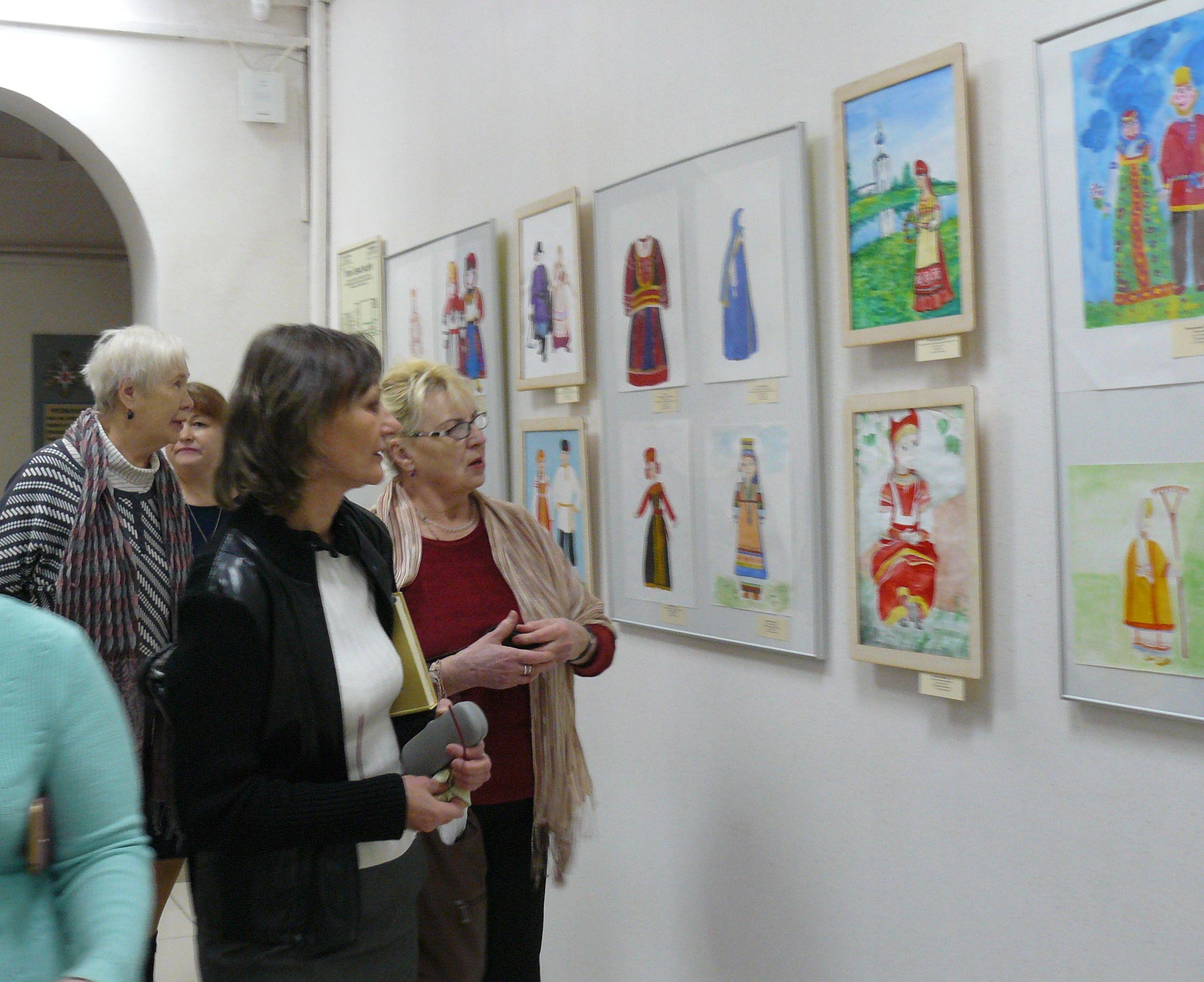 посетители на выставке