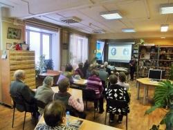Участники встречи слушают рассказ о творчестве М. Зощенко