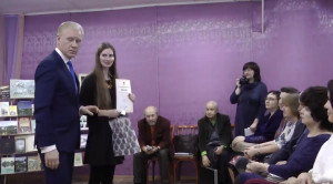 А. А. Бубела - глава Гороховецкого района вручает диплом Тихомировой А. А.
