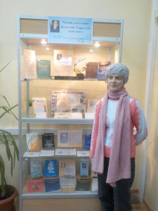 Вдова поэта В. Сафронова на фоне выставки о нем