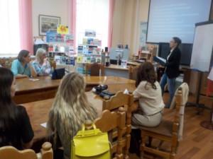 лектор выступает перед группой людей
