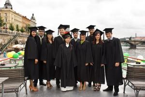 група молодых людей в униформе выпускников западных вузов