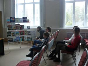 посетители мероприятия смотрят выставку