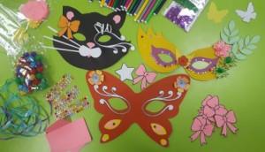 Разноцветные маски из бумаги, картона, страз на столе