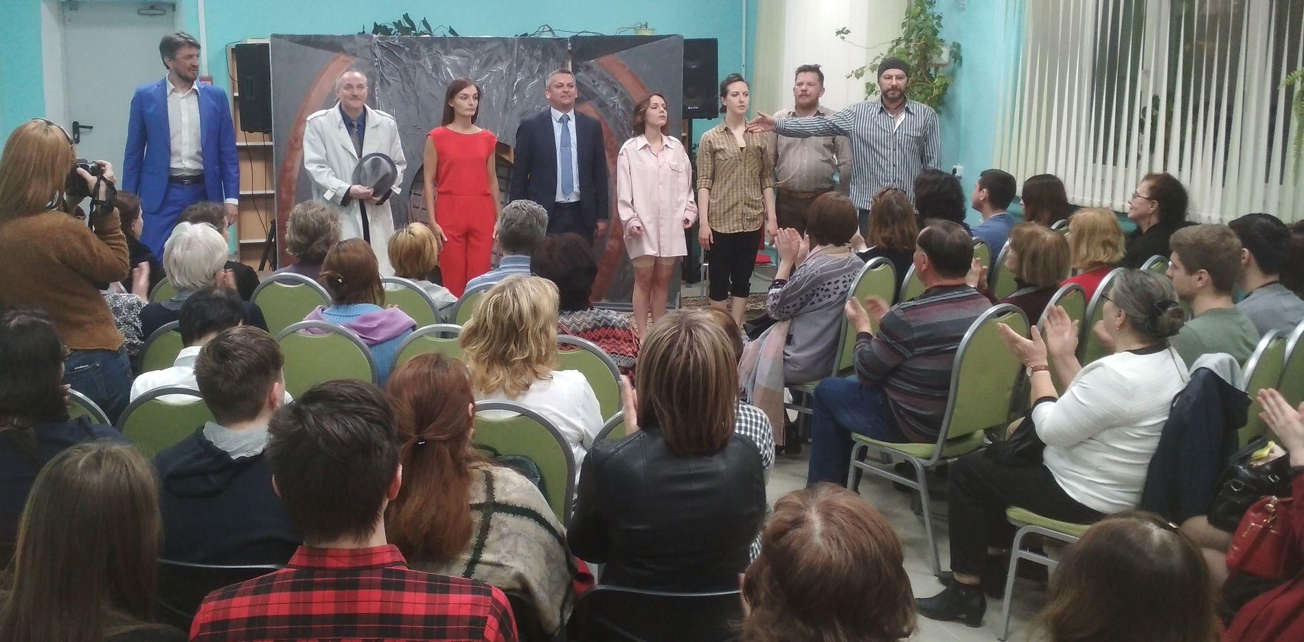 Актеры вышли на общий поклон