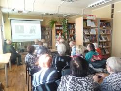 Перед зрителями выступают сотрудники отдела литературы по искусству