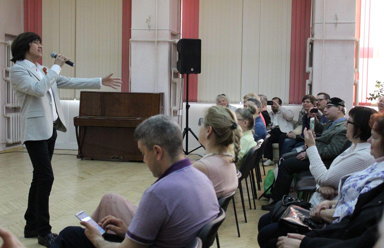 Песни на слова Фатьянова поет Алексей Молдалиев